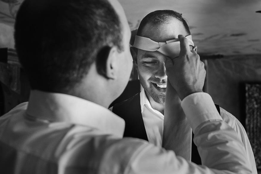 Ontspannen journalistieke trouwreportage voorbereiding bruidegom