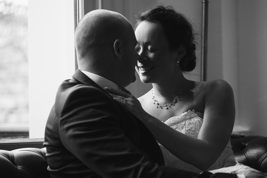 ontspannen bruidsreportage trouwfoto's binnen