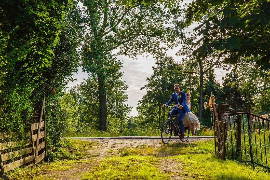 aankomst bruidspaar fiets