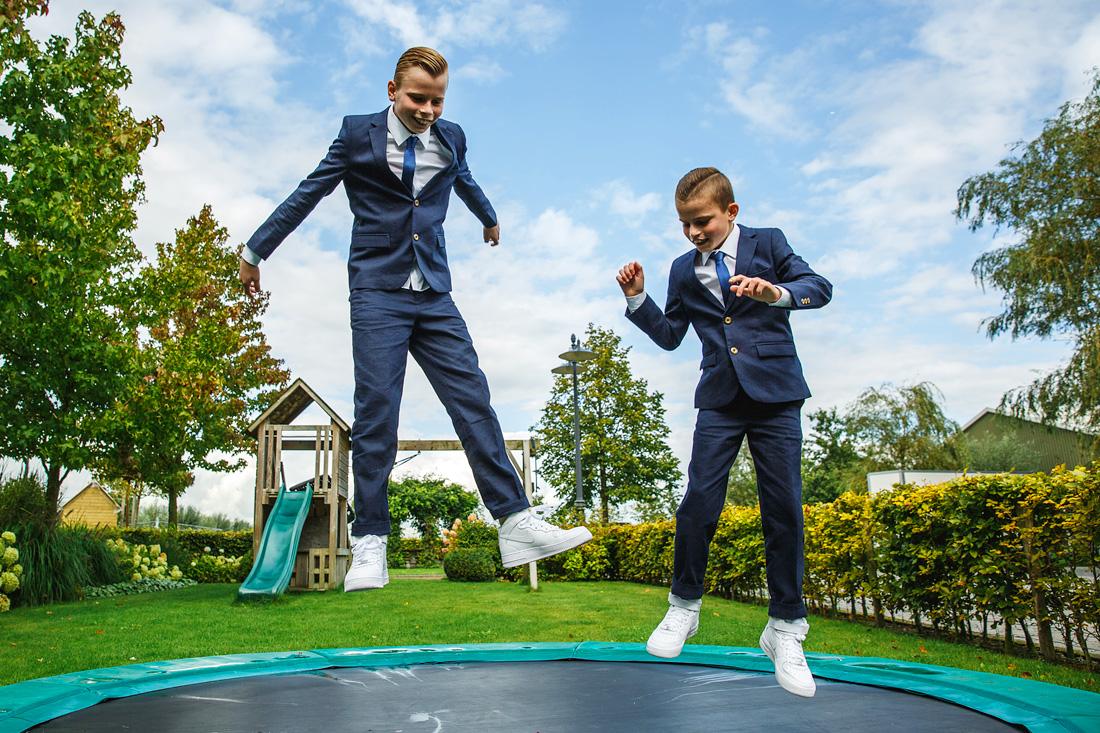 kinderen op trampoline