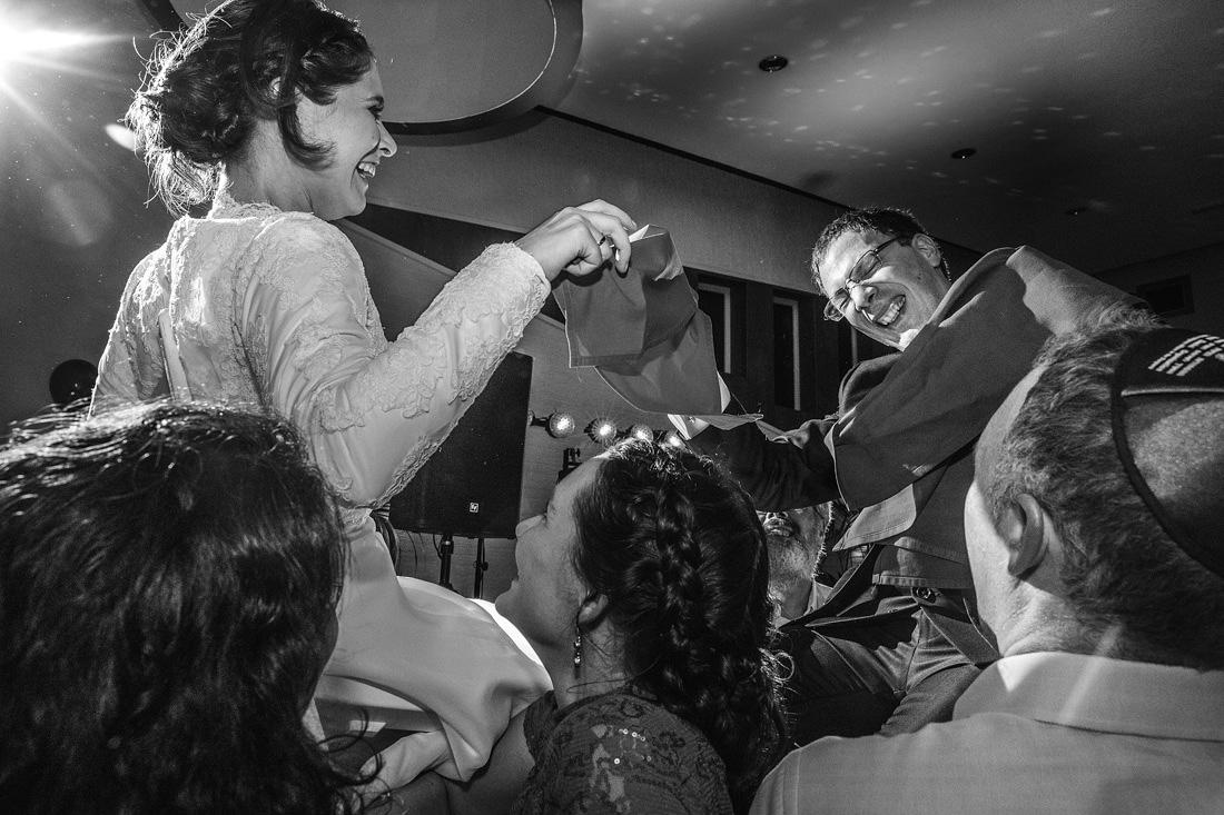 bruidspaar op stoel in lucht