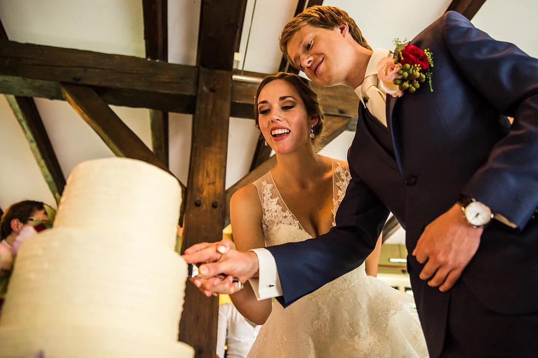 aansnijden van de taart bruiloft