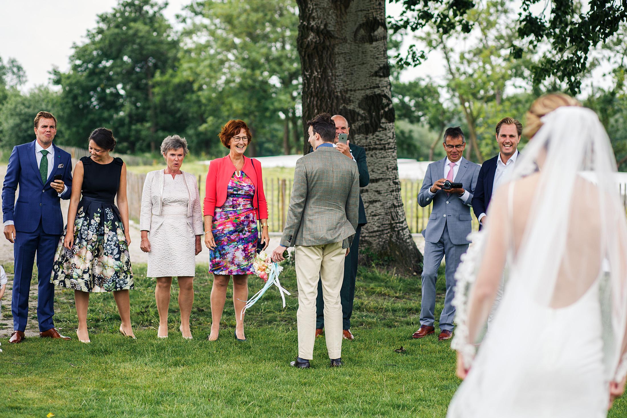 Ontmoeting bruidspaar journalistieke bruidsfotografie