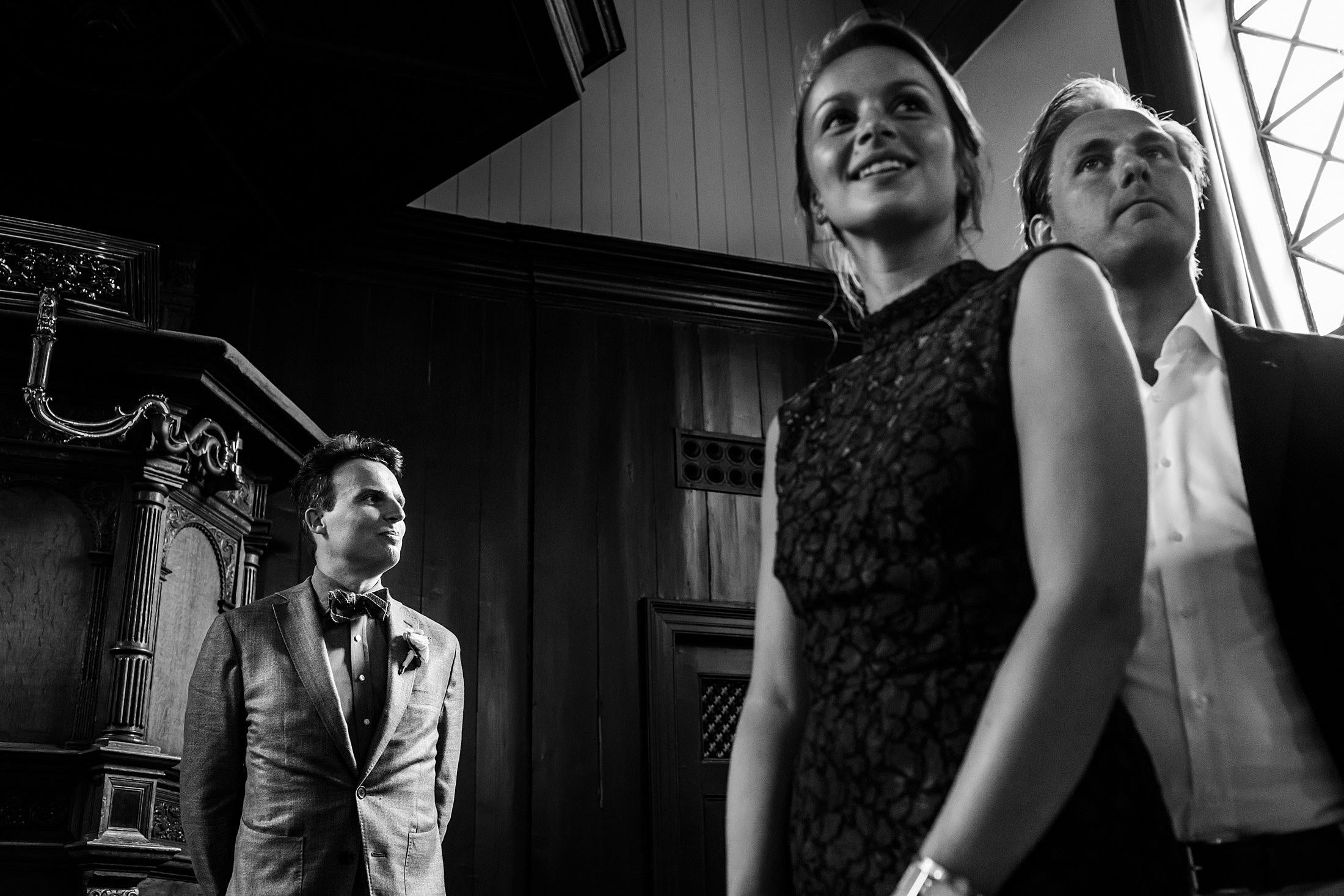 trouwceremonie schellingwouderkerk journalistieke bruidsfotografie
