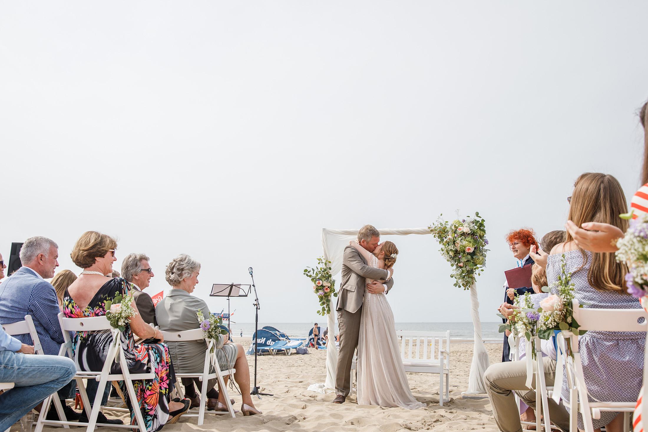 36-trouwceremonie-kus-bruidspaar