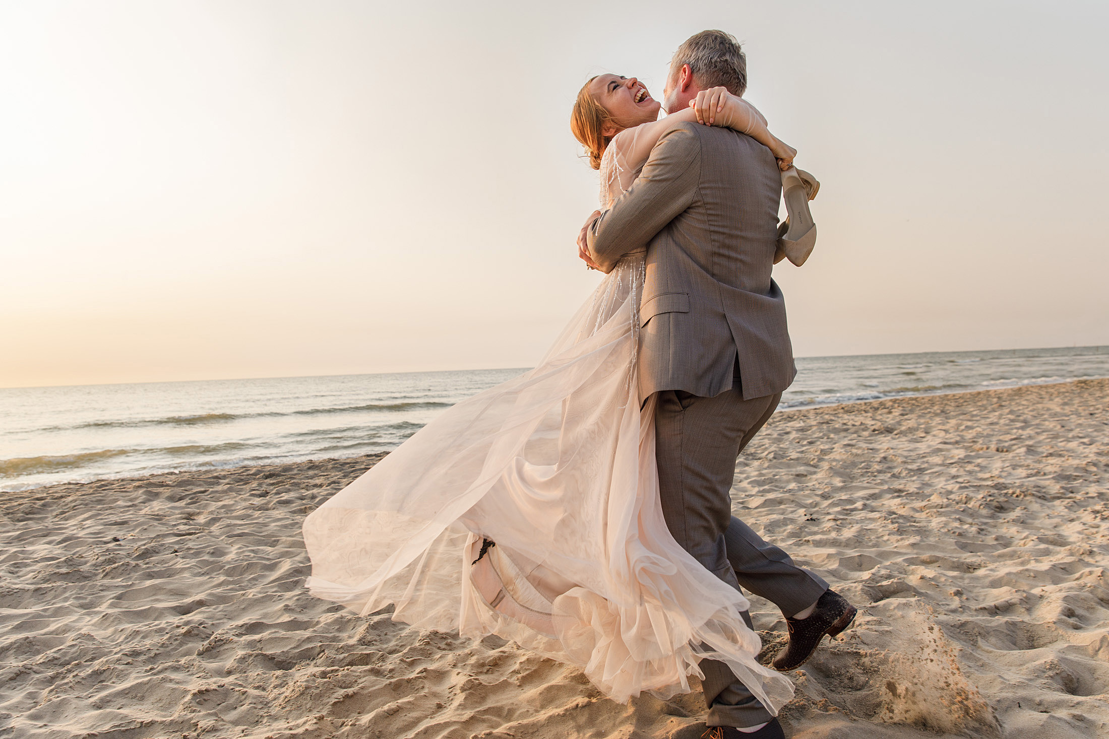 fotoshoot bruidspaar strand spontane trouwfotografie