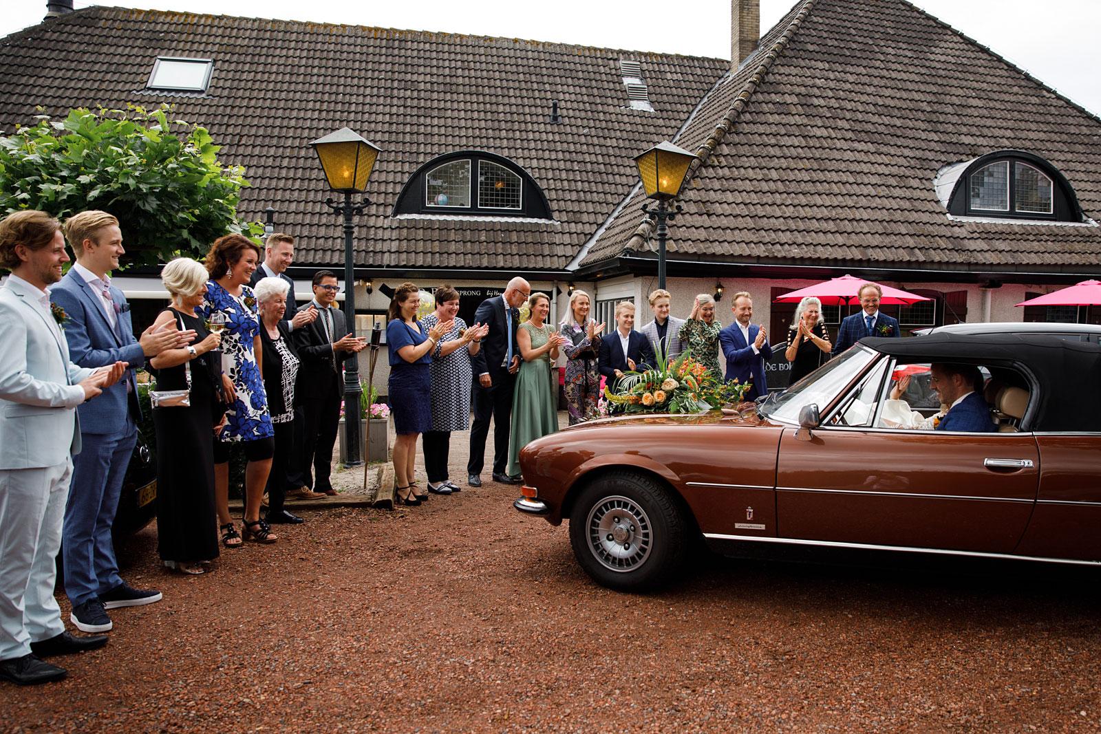 17-aankomst-bruidspaar-auto